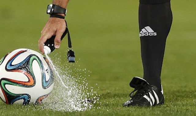 arbitro usa uno spray