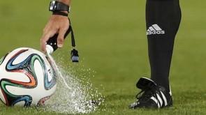 arbitro usa uno spray